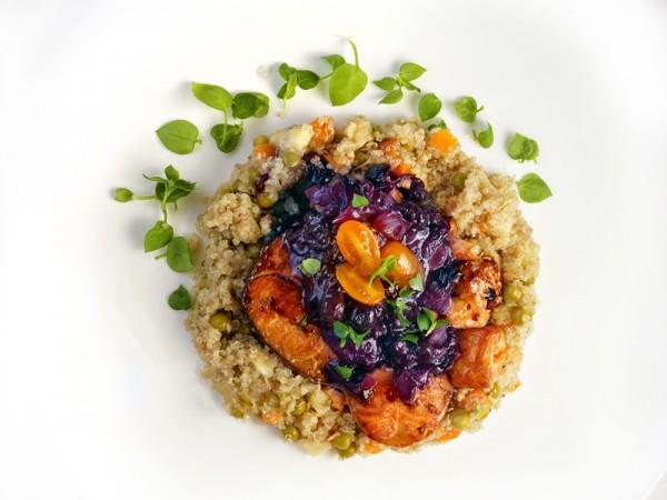 Yaban Mersinli ve Taze Otlu Kinoa salatası